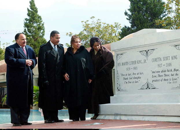 The+King+family+paying+homage+to+Martin+Luther+King+Jr.+and+Coretta+Scott+King+next+to+their+tombs.+